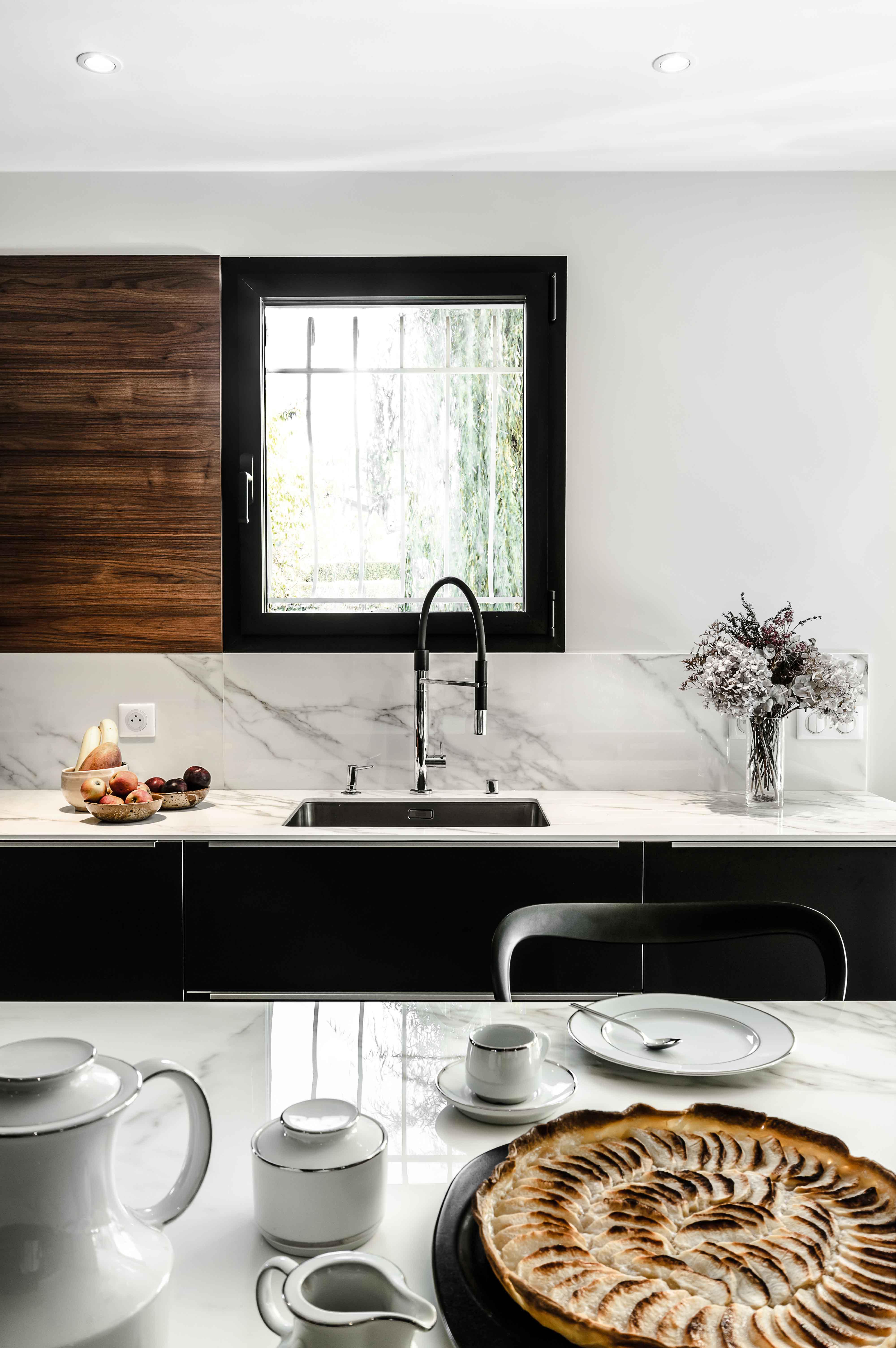 pose d'une belle cuisine moderne lumineuse réalisée sur mesure vers annecy en haute-savoie