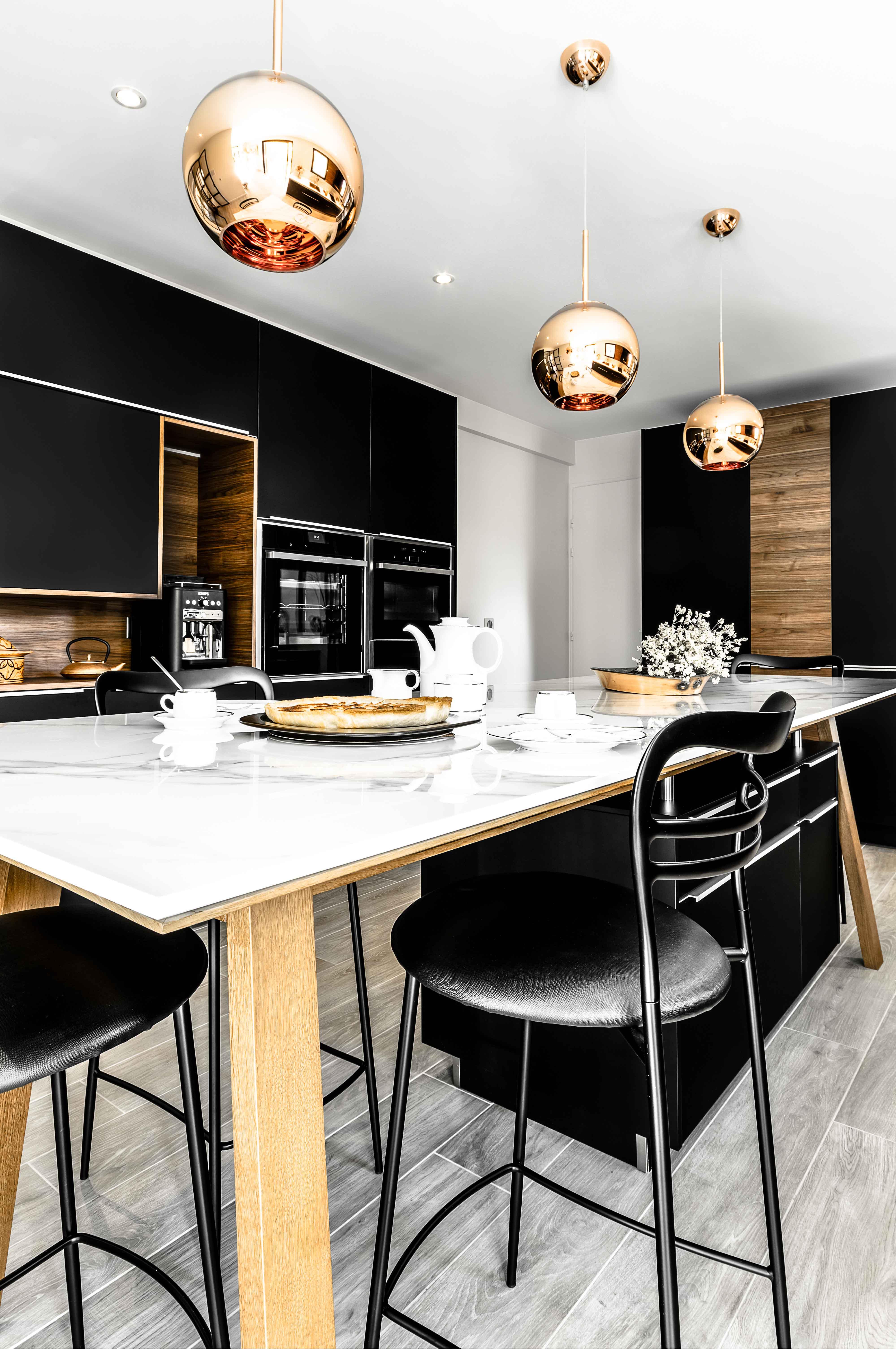 Magnifique cuisine ultra moderne lumineuse chic bois marbre et ameublement noir alliance de modernité et de style design scandinave