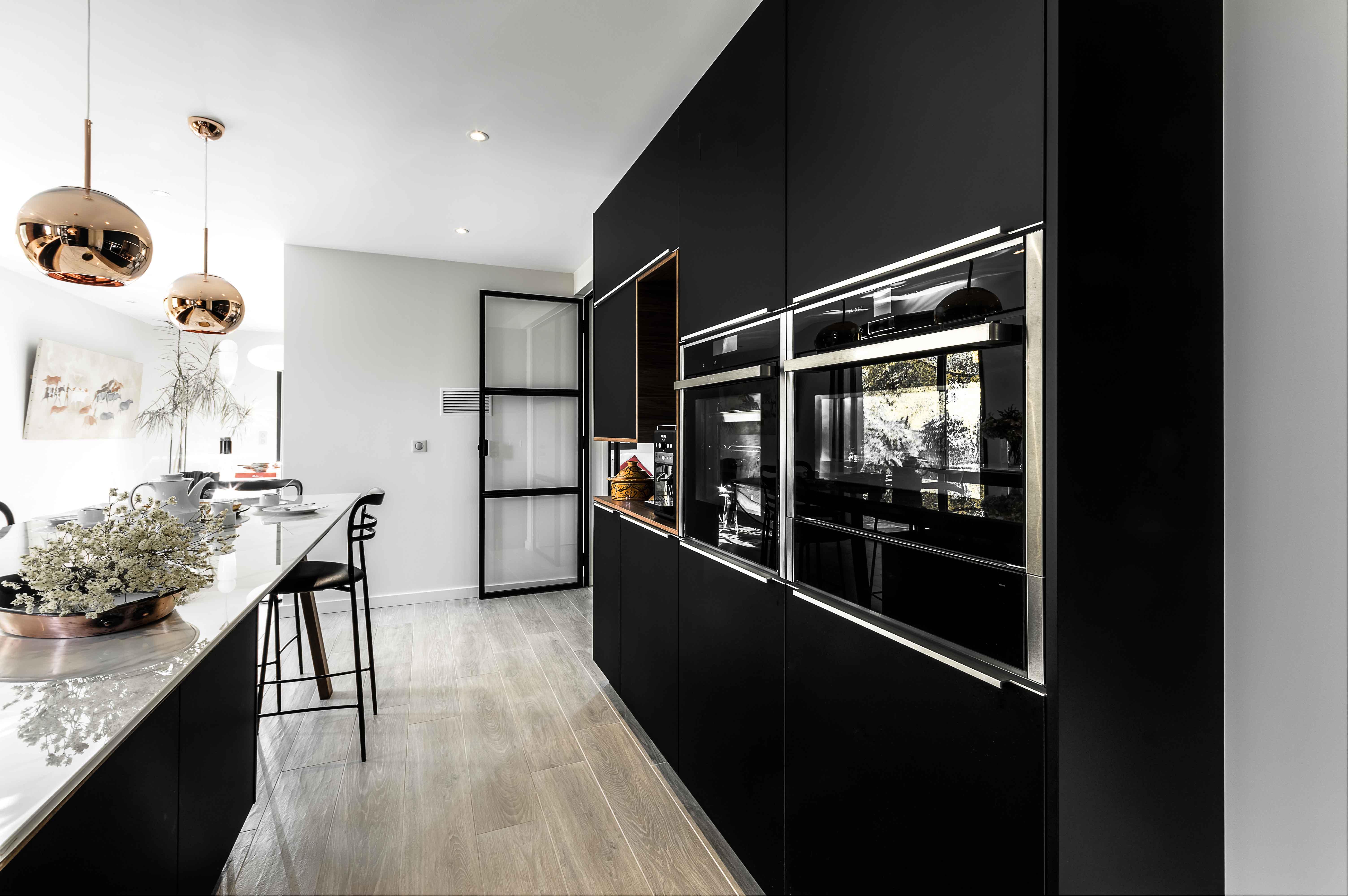 plan sur l'espace de rangement de l'électroménager de la cuisine chic moderne aux influences contemporaine et nordique