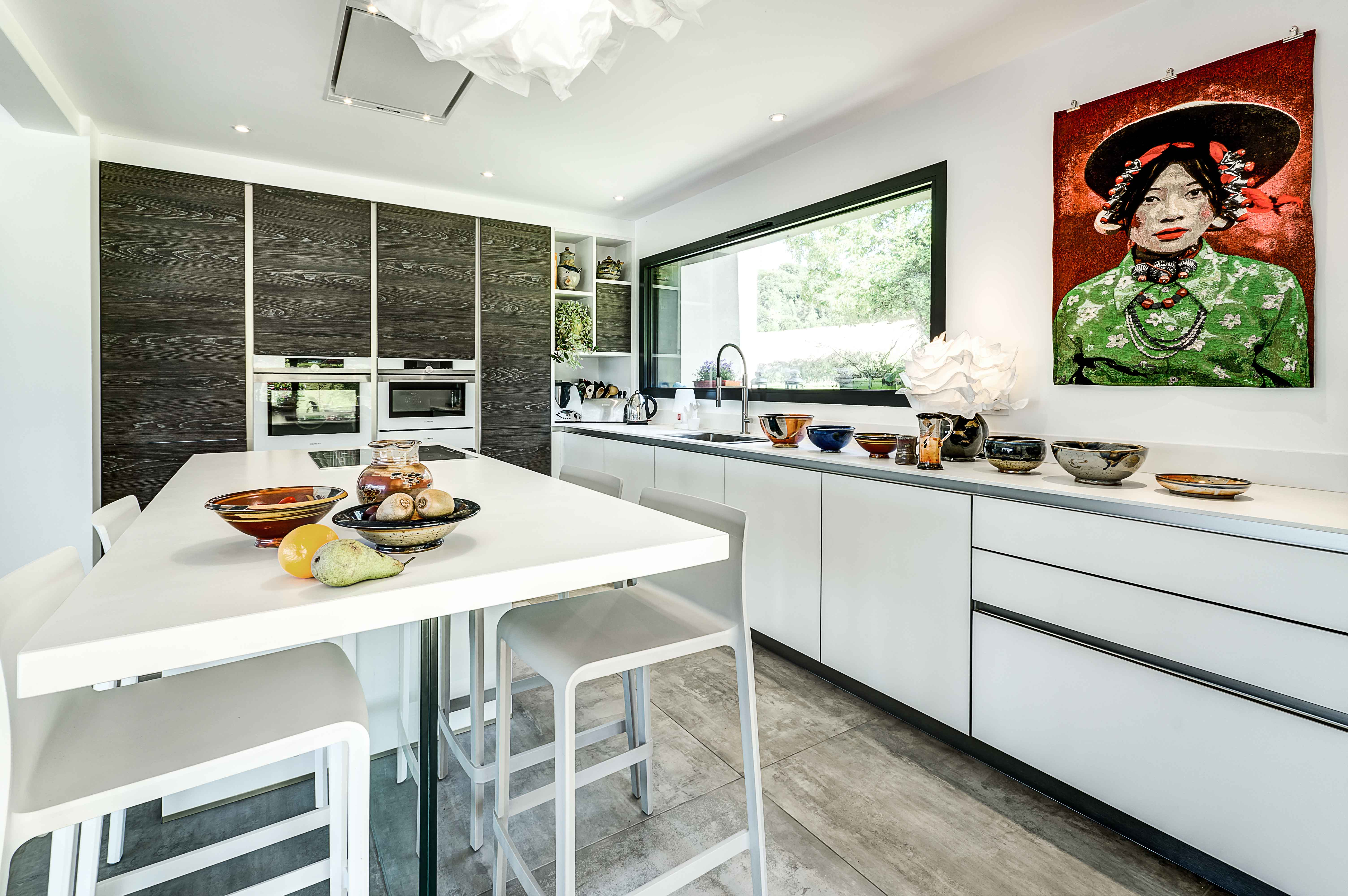 Grande cuisine moderne blanche avec rangements style bois