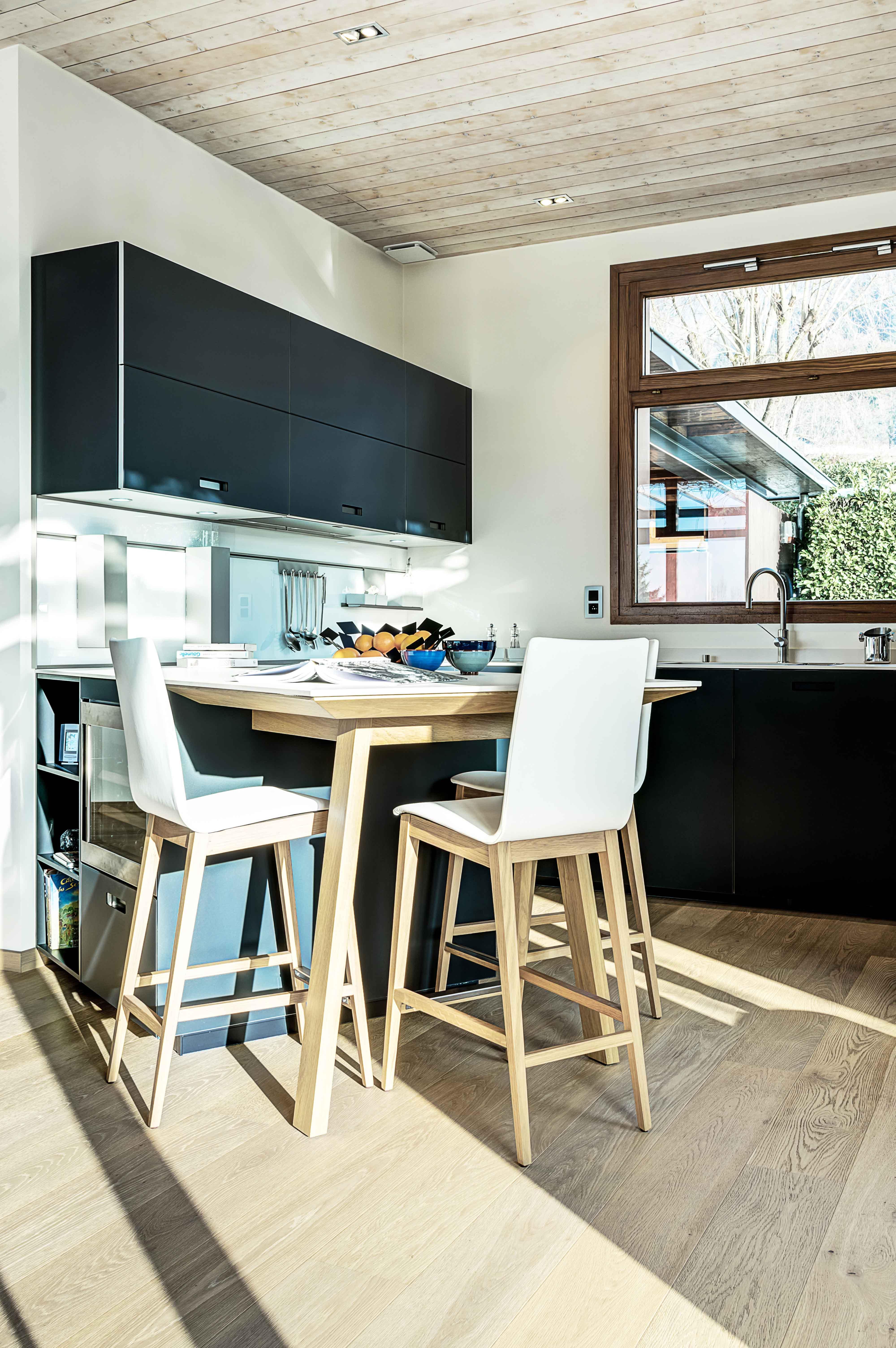 belle réalisation de pose de cuisine lumineuse et épurée intégrée aménagée avec ameublement moderne