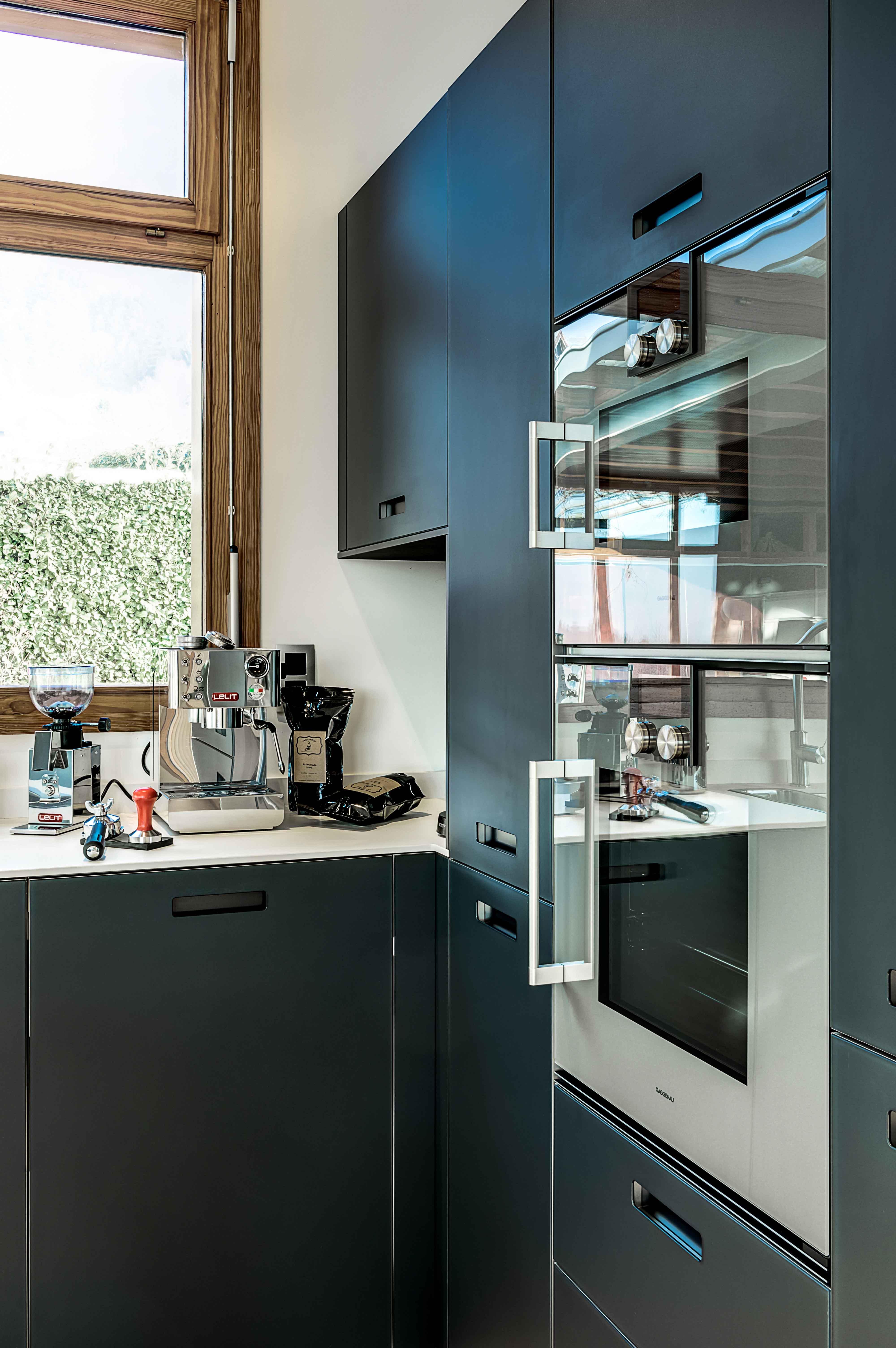 réalisation et pose de cuisine équipée avec électroménager design haut de gamme épuré