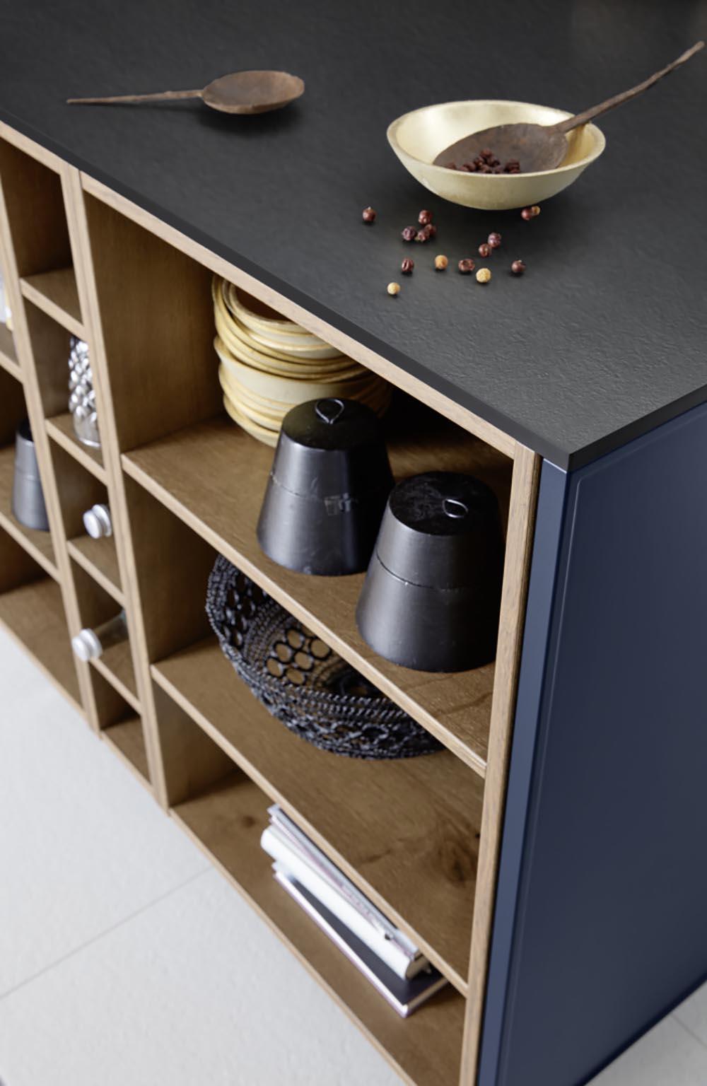 décoration sur plan de travail bleu noir mat et effet bois influence moderne