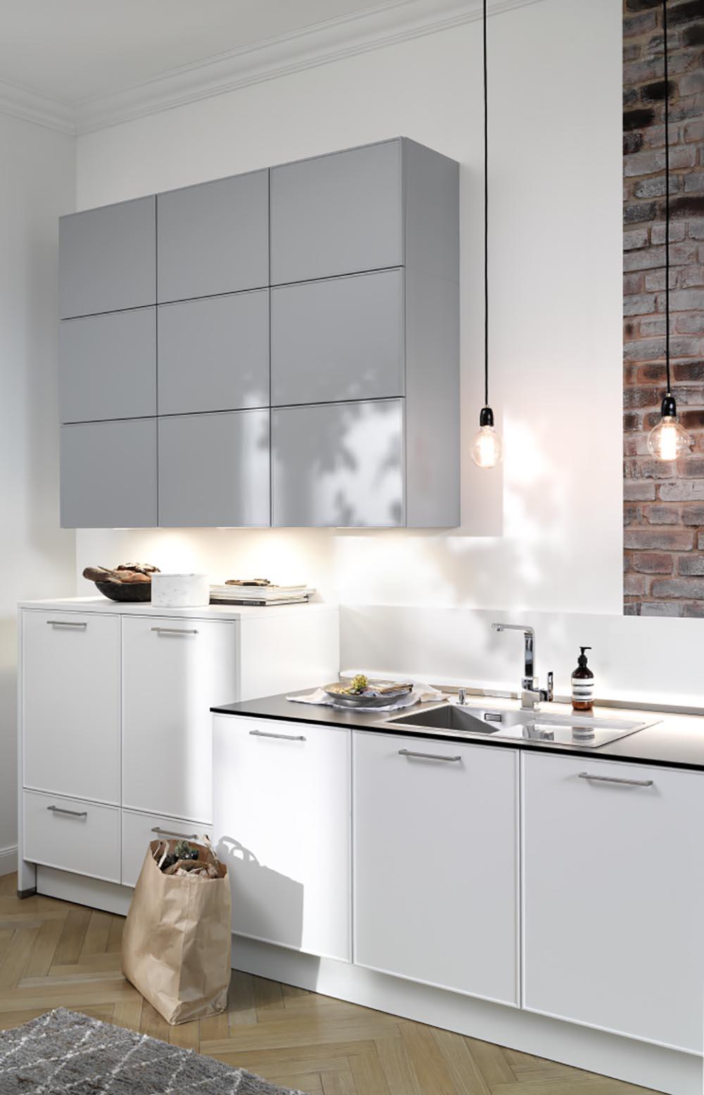cuisine moderne équipée blanche et grise