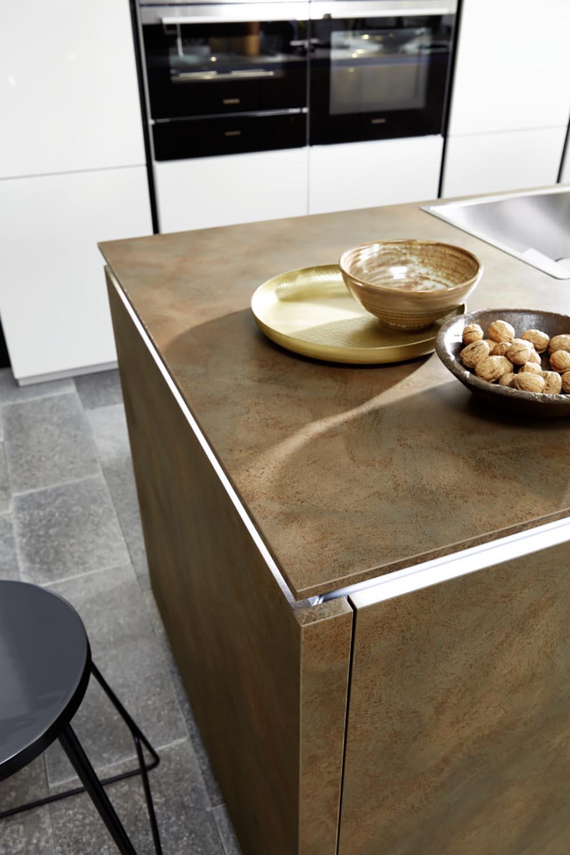 îlot central cuisine moderne marron annecy et meubles blancs intégrés électroménager