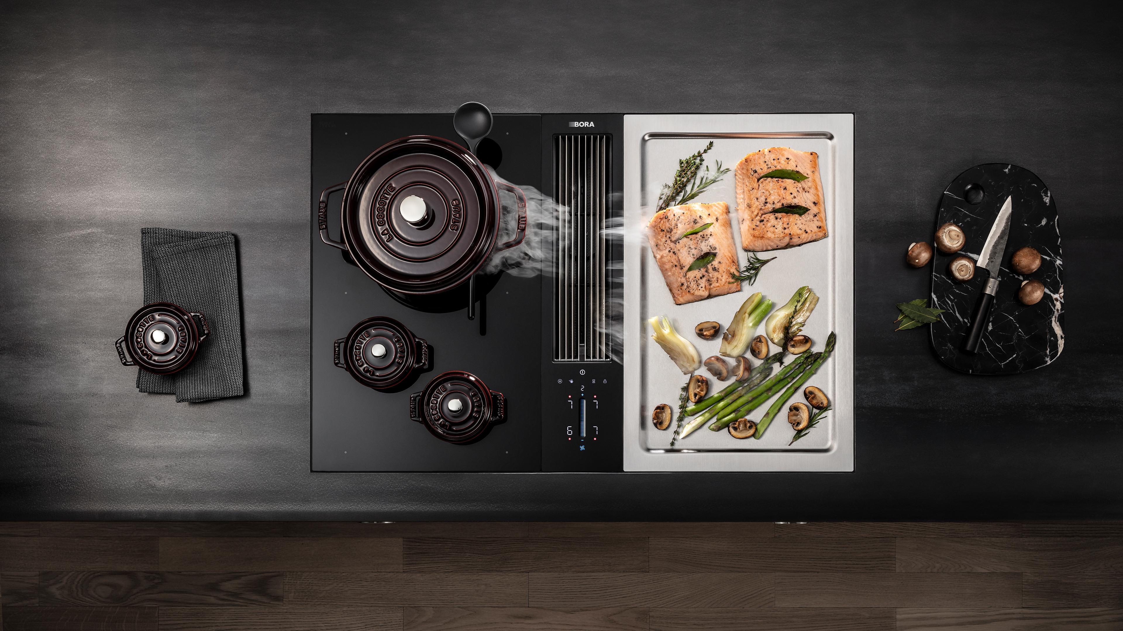Cuisine traditionnelle et plancha avec hotte aspirante intégrée à la table de cuisson marque BORA