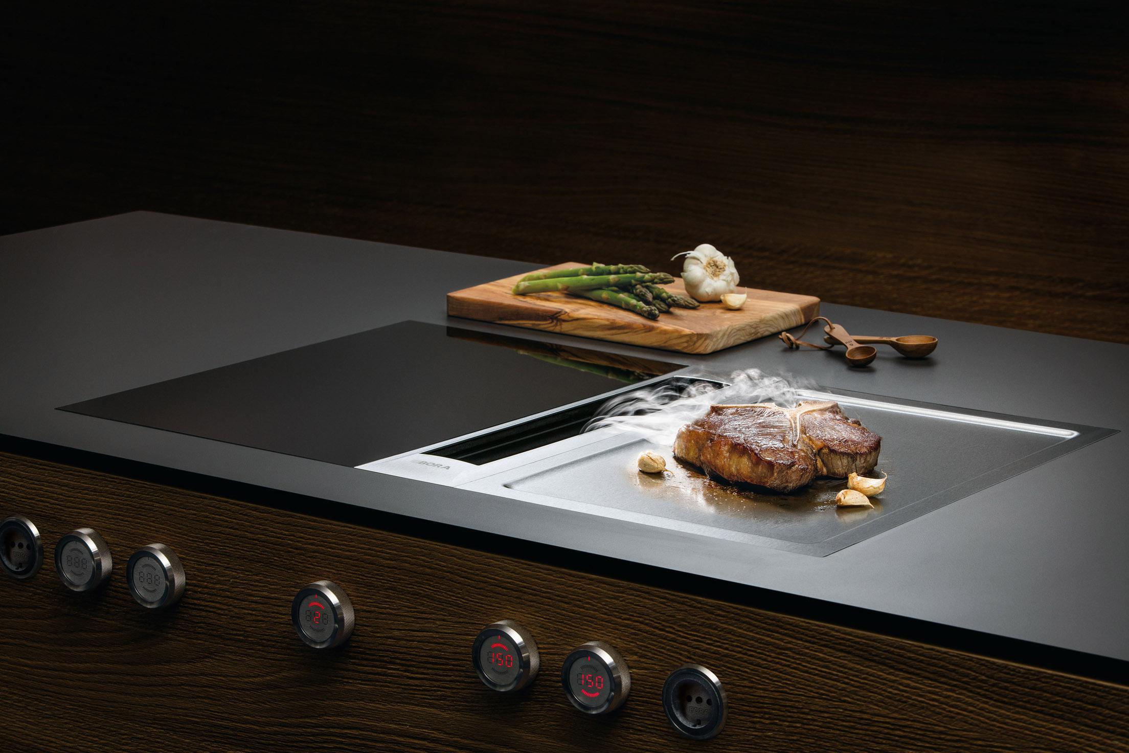 Cuisine ultra moderne contemporaine avec système technologique professionnel d'aspiration des vapeurs de cuisson