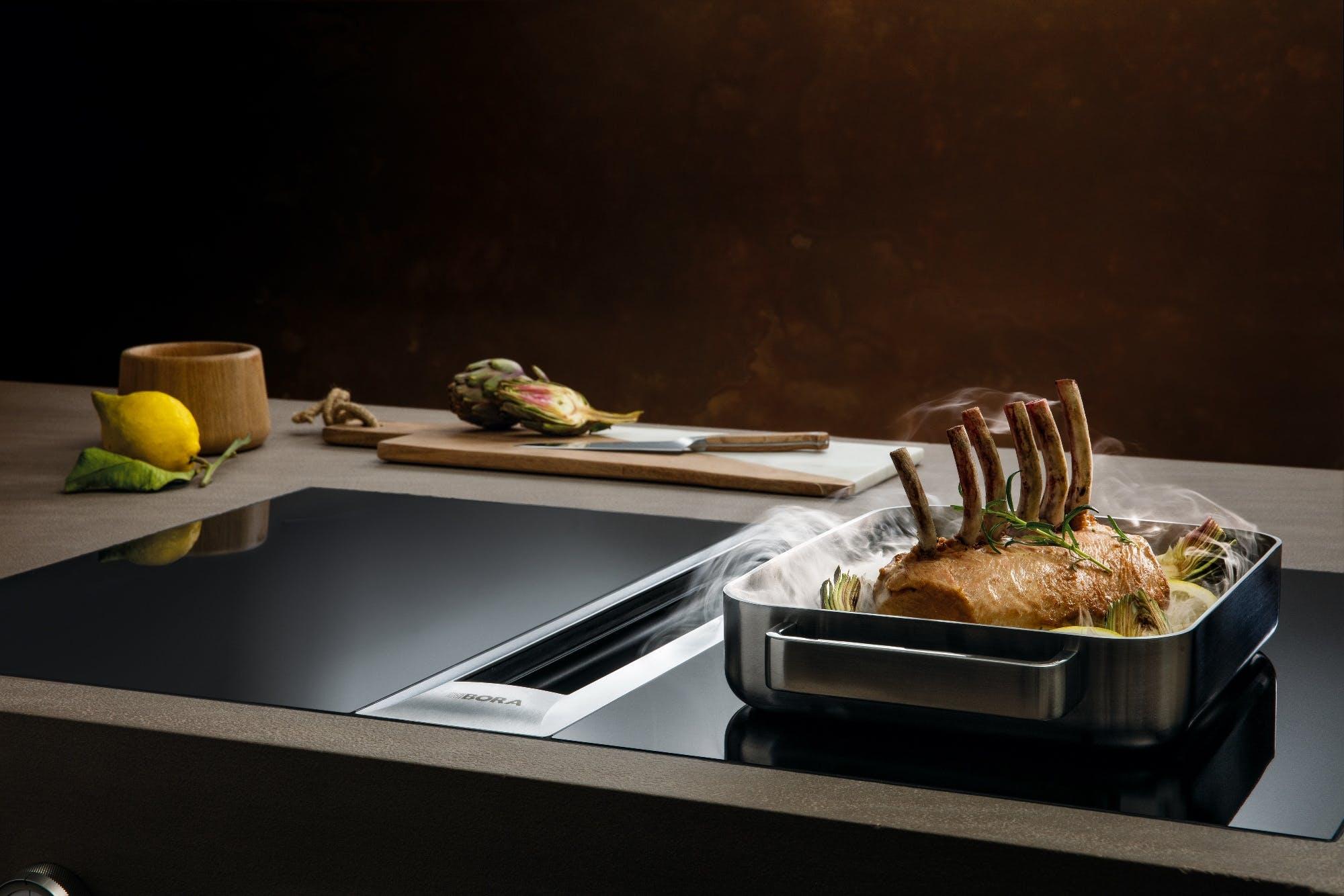 Cuisine avec aspiration des vapeur sur table de cuisson moderne et épurée design contemporain annecy
