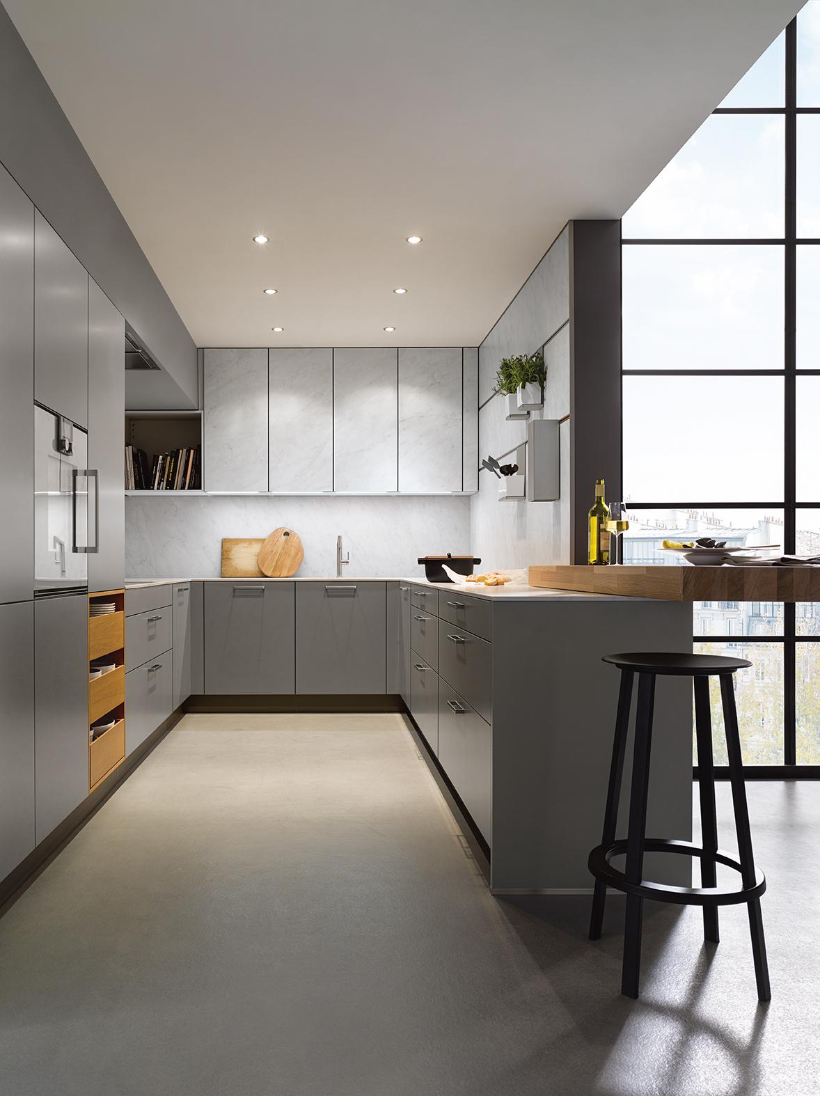 Cuisine équipée intégrée grise contemporaine au style épuré ! bois et rangement haut de gamme