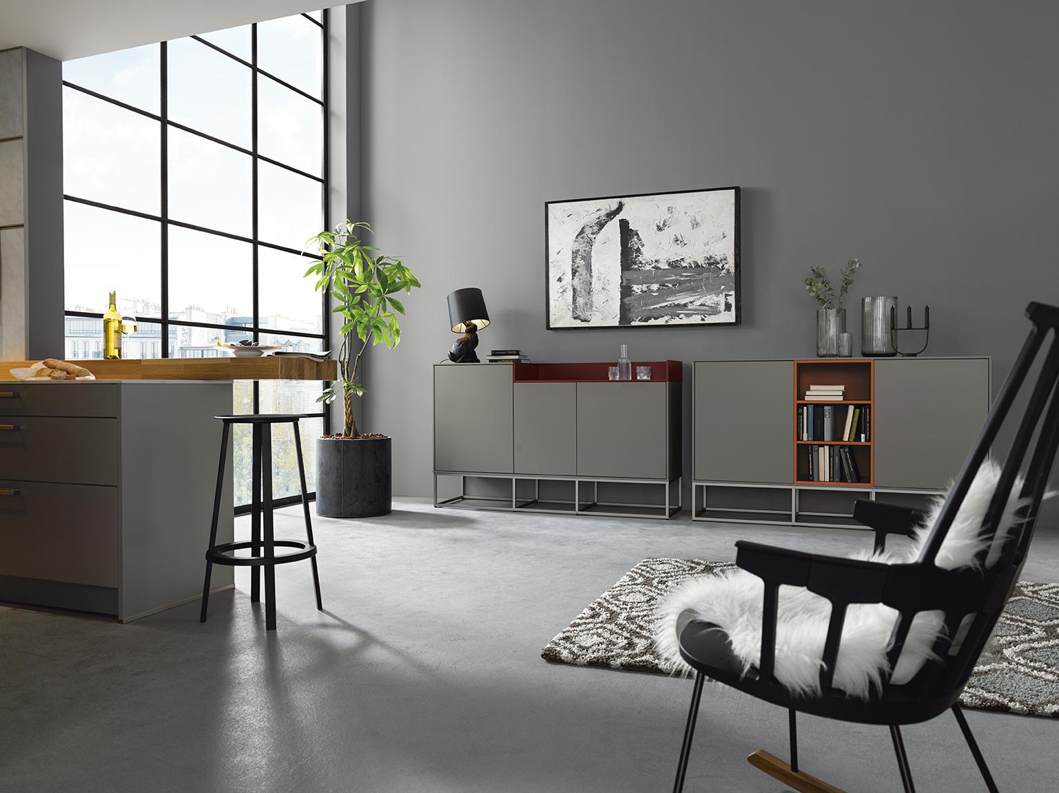 salon avec cuisine équipée moderne grise alliance de contemporain moderne et de bois