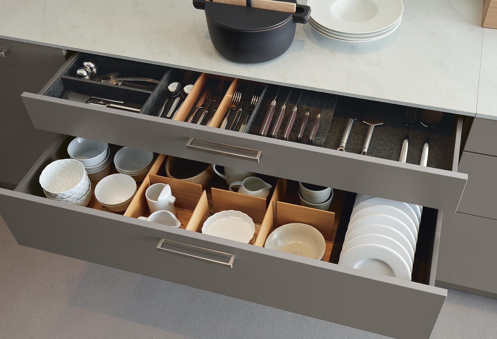 Rangement tiroir gris plan de travail blanc cuisine équipée