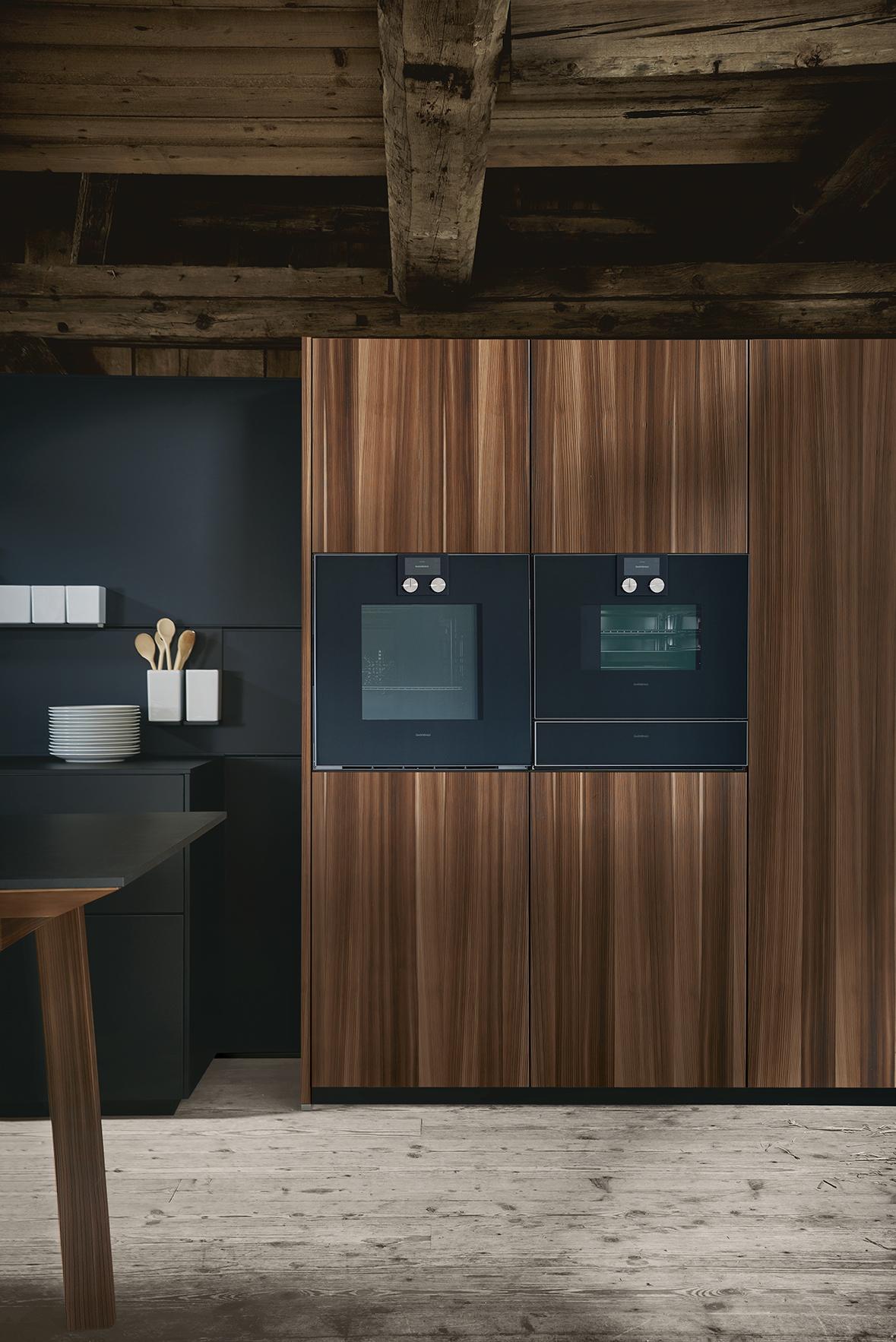 Four et électroménager intégrés dans cuisine haut de gamme intégrée contemporain design et influence scandinave nordique bois marbre