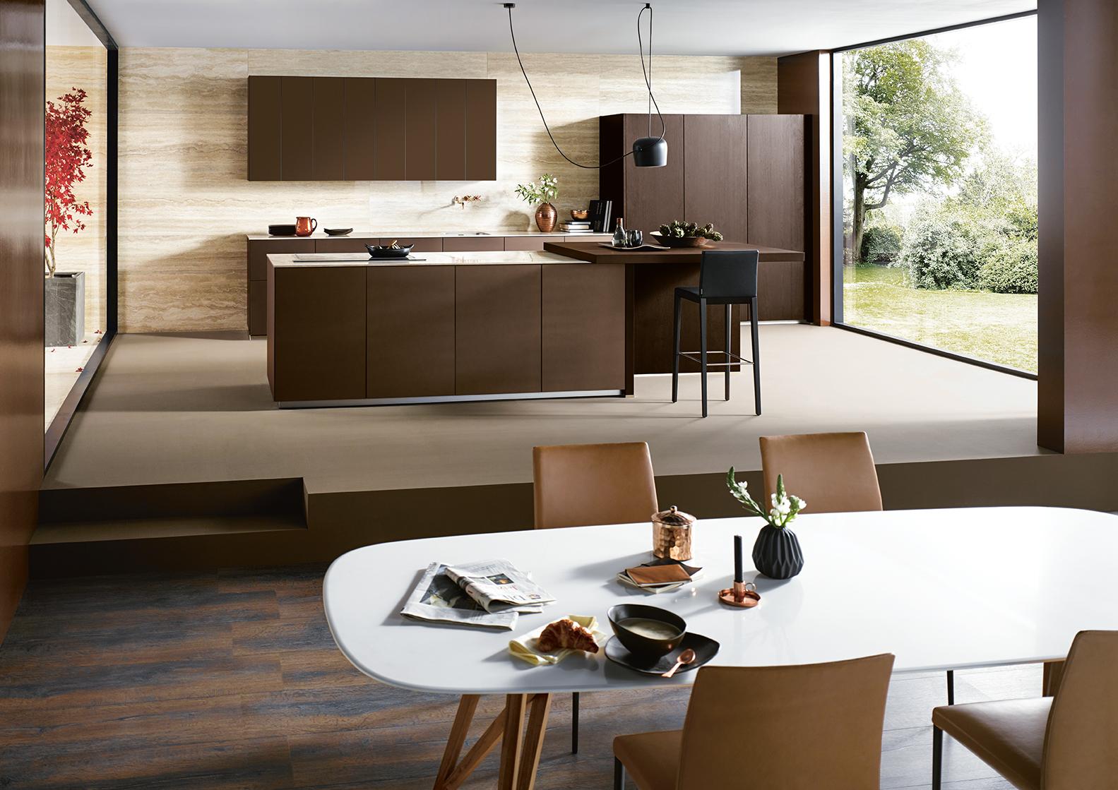 Cuisine moderne couleur marron avec salon ouvert