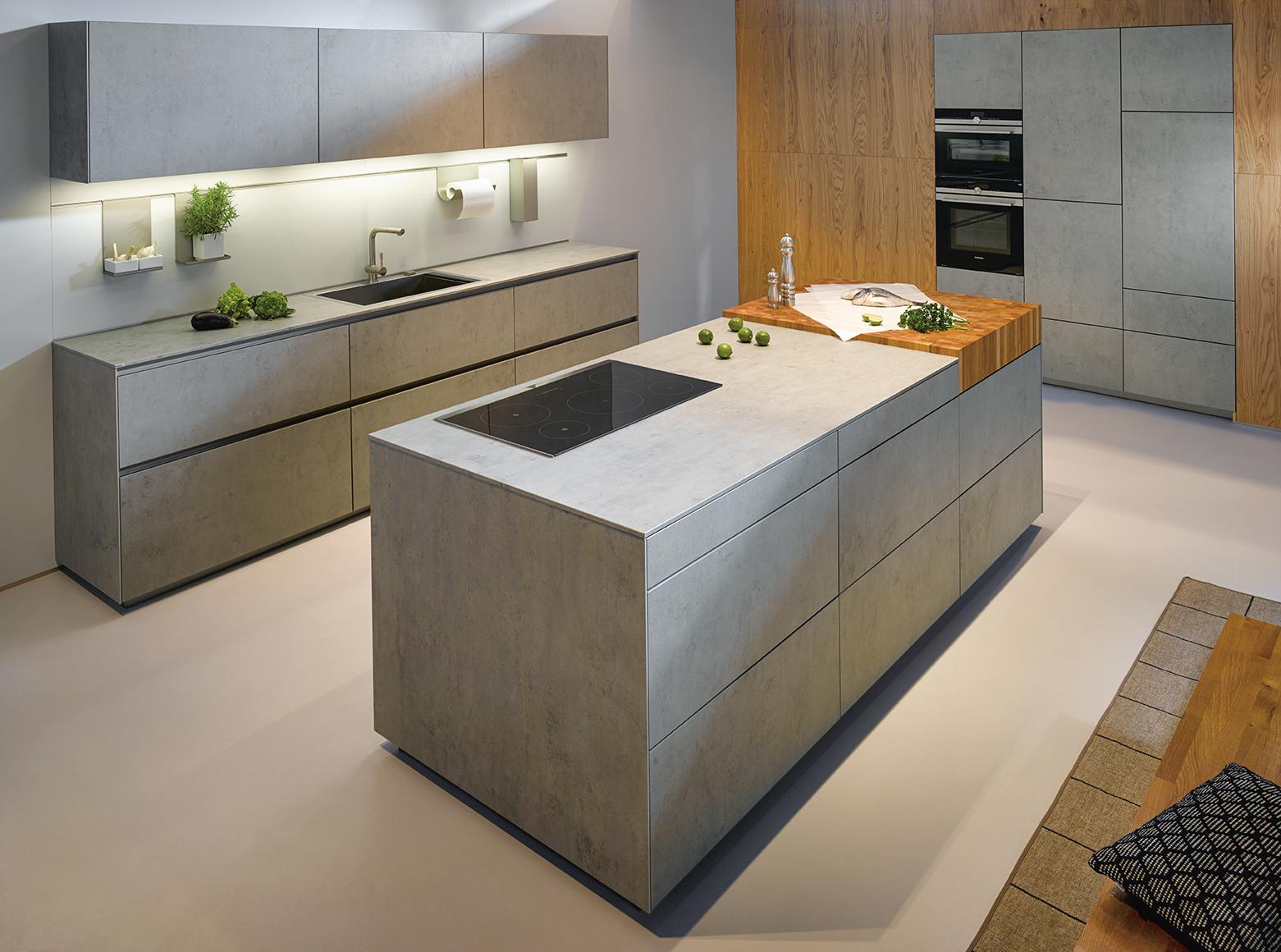 Cuisine personnalisée influence industrielle style gris béton avec bois îlot central moderne
