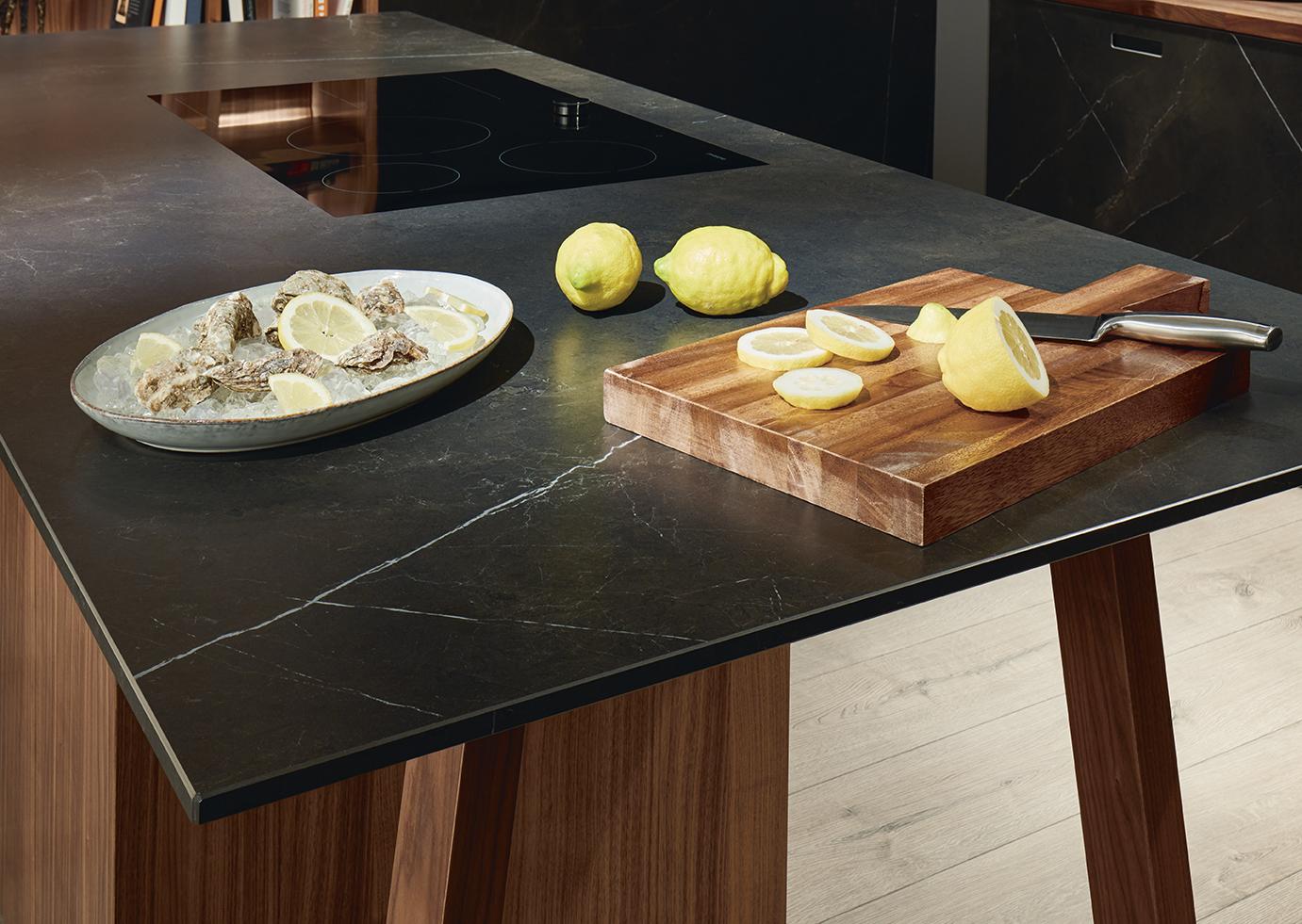 Table de cuisine en marque noir intérieur haut de gamme moderne et unique