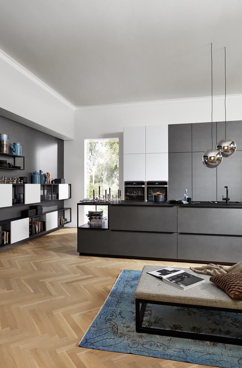 Jolie et grand cuisine intégrée ouverte sur salon moderne gris