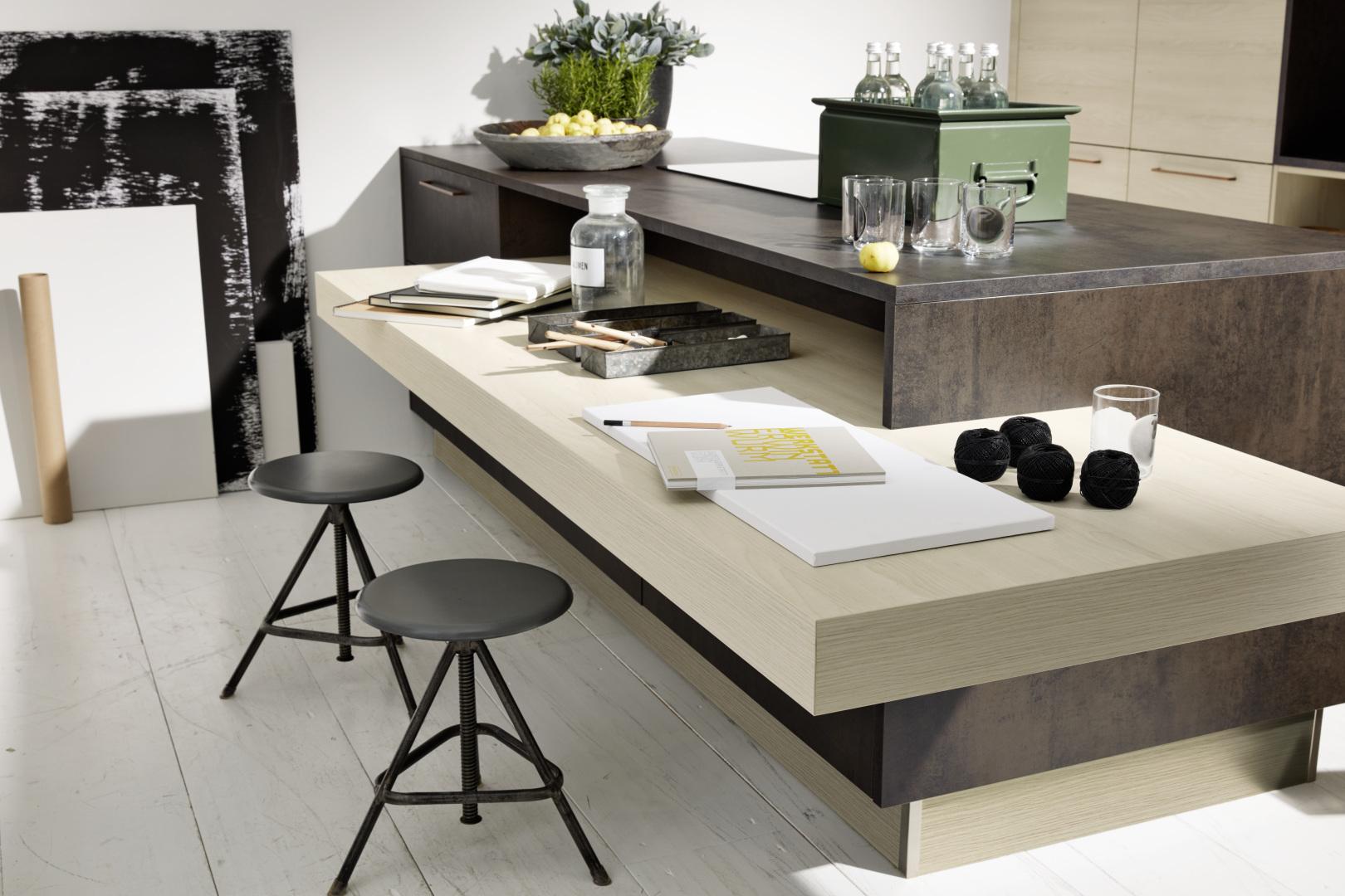 Plan de travail et bureau intégrés à la cuisine équipée moderne
