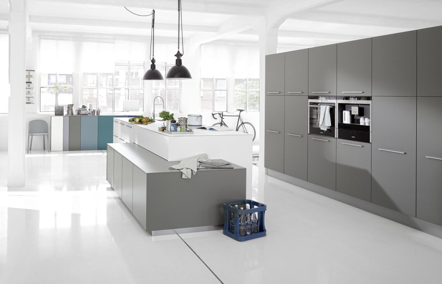 Intérieur cuisine aménagée et équipée lumineuse moderne