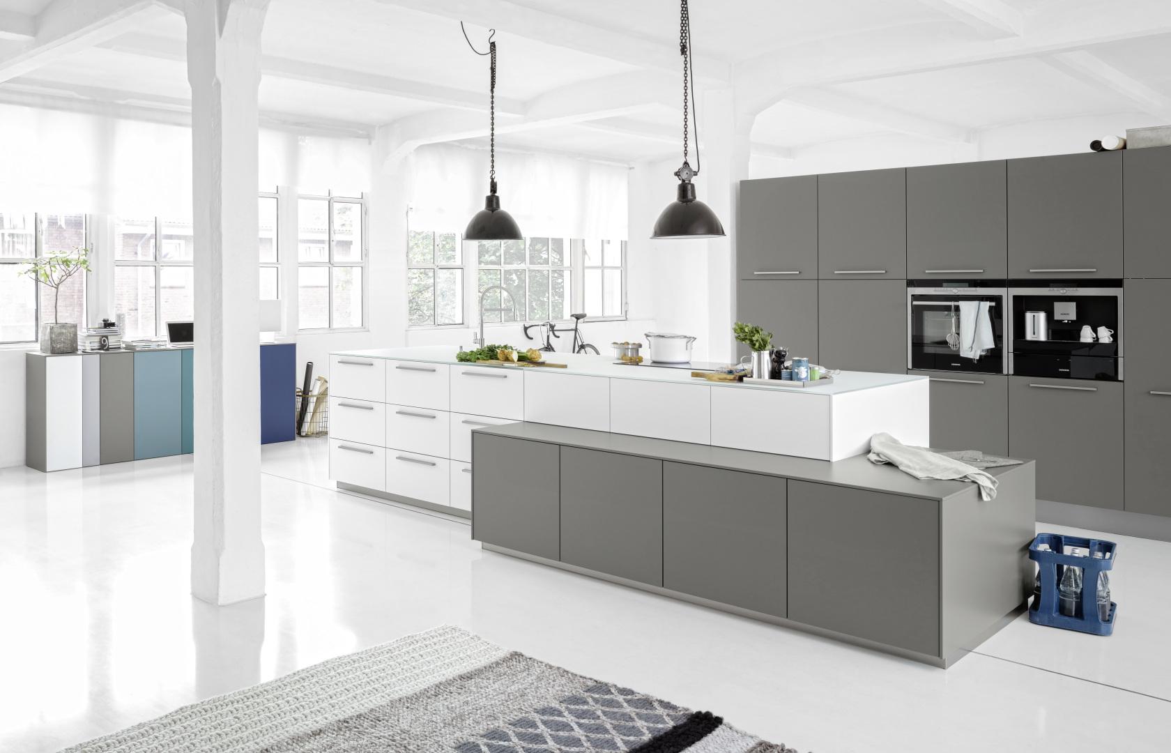 Belle cuisine lumineuse design moderne blanc gris avec îlot central