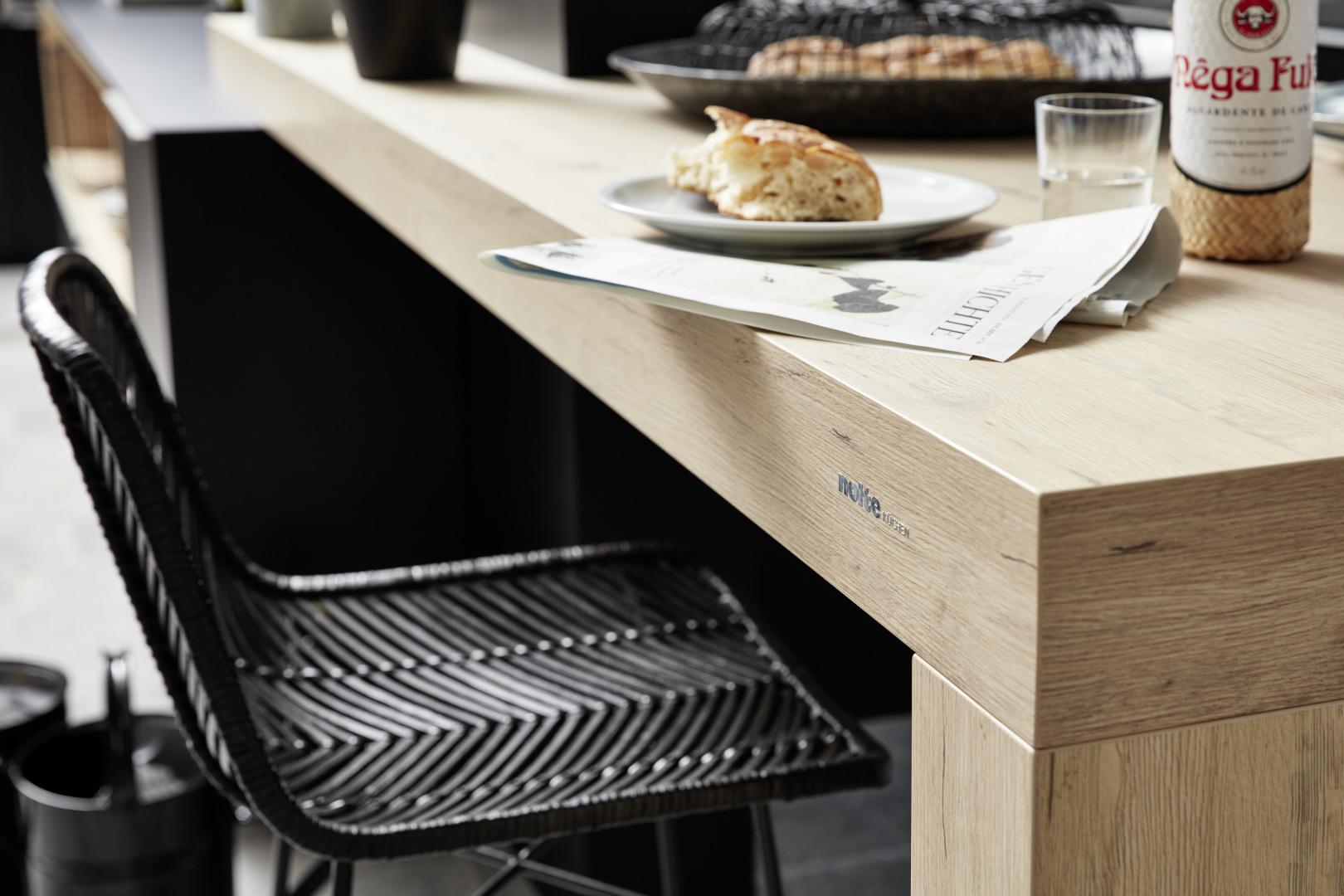 Cuisine Nolte table à manger intégrée îlot central cuisine moderne épurée